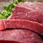 Quais são as diferenças nutricionais entre as fontes de proteína vermelha e vegetal?