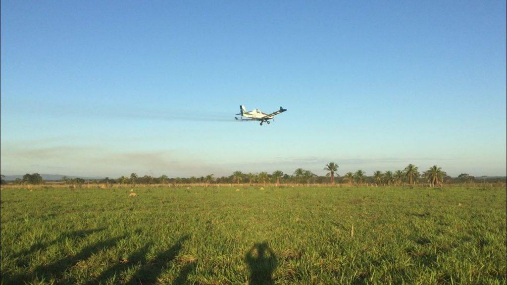 aplicacao-herbicidas-aeronave-x-trator